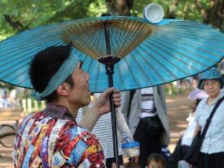Cangkir berputar di atas payung Jepang