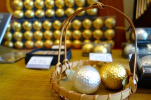 Những quả bóng golf lấp lánh đã sẵn sàng để bạn mang ra sân golf chơi