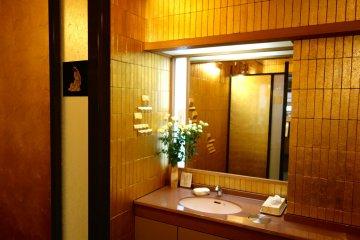 Phòng tắm bằng vàng ở Sakuda