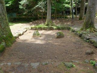 Les pierres du Yin et du Yang. Immédiatement à gauche du San-no-Miya, ces deux pierres représentent les deux forces fondamentales. Beaucoup d'agriculteurs japonais viennent prier là pour la fertilité de leurs terres