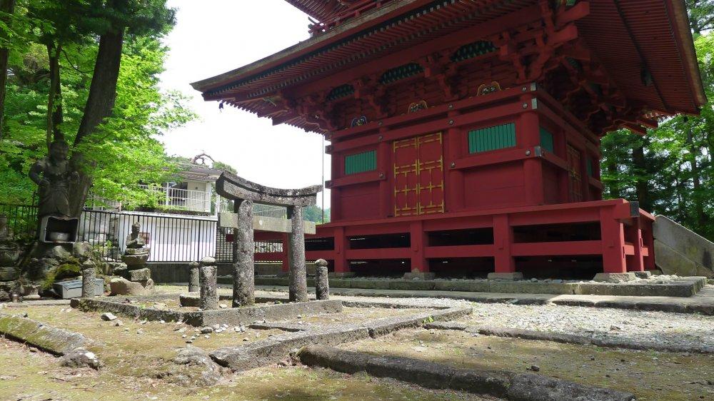 La pagode à trois étages. Elevée à l'origine en 1241 pour le repos du troisième shogun Kamakura, cette pagode discrète a du être reconstruite en 1685 après un incendie. On y voit les 12 animaux du zodiaque