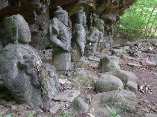 Hotoke Iwa. Littéralement les pierres de Bouddha. Car sur la falaise qui surplombe ses six représentations, il était possible d'y voir son visage. Mais un tremblement de terre est passé par là... Il reste six représentations du Bouddha, les Rokubu-ten