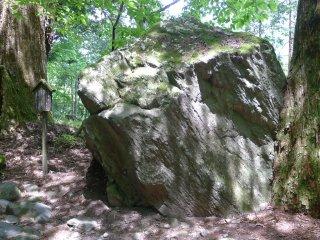 La pierre Tegake. Encore une pierre! Cette énorme caillou est réputé aider au travail scolaire, et améliorer l'écriture. Poser simplement sa main à la surface