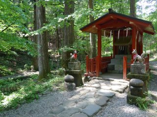 Le sanctuaire Takinoo. Bien gardé par ses deux kami, l'autel actuel date de 822. L'original, construit deux ans plus tôt, avait été terrassé par un typhon trop violent. Il aurait été construit par Kobo lui-même