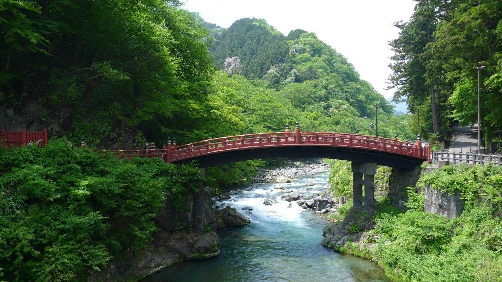 Le pont sacré Shinkyô. Ce pont de laque rouge traverse la rivière Daiya à l'emplacement où le fondateur de Nikko, le prêtre Shodo, s'y est lui-même risqué il y a 1200 ans. A cette époque, un dieu l'avait aidé en demandant à deux serpents de s'enrouler au-dessus des flots pour former un pont