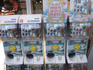 Máquinas expendedoras con juguetitos de Gundam a la entrada del café