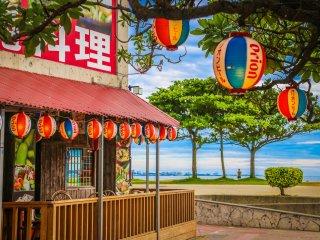 Terdapat banyak restoran barat, Jepang, dan hidangan setempat Okinawa