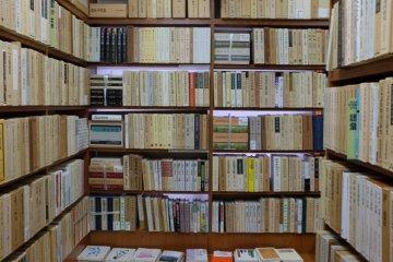 八木書店二樓-一列列整齊的書架