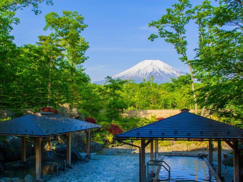 วิวที่แจ่มชัดของภูเขาฟูจิมองจาก โระเท็มบุโระ (rotemburo) บ่อน้ำร้อนกลางแจ้ง