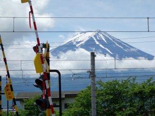 카와구치고 역 매표소에서 본 배경의 후지 산