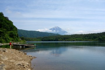 """Отражение горы Фудзи можно увидеть на чистой и спокойной поверхности озера Сайко. Этот феномен известен как """"Сакаса Фудзи"""" (перевернутая Фудзи)"""