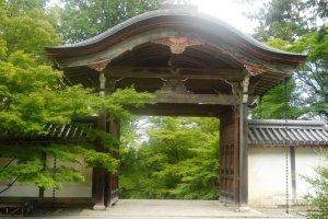 Cổng ở Nison-in, một ngôi đền nép mình bên sườn núi