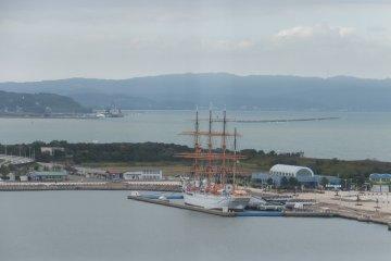 Fragata Kaio Maru desde el puente Shinminato