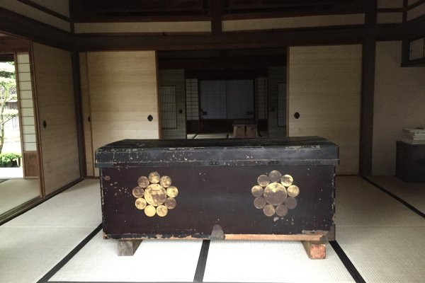 Un coffre dans l\'ancienne maison d\'un chef de la famille Ito