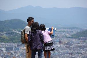 El parque tiene una vista panorámica de Kioto.