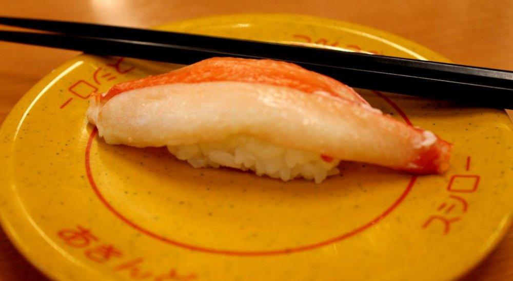 Món ăn đầu tiên của chúng tôi... sushi cua! Hãy thưởng thức thôi nào!