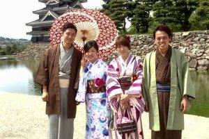 Les kimonos s'accordent bien avec le plus ancien château du Japon
