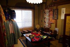 La  boutique vend des kimonos, haori, ainsi que des sacs et des vêtements réalisés avec des étoffes d'anciens kimonos