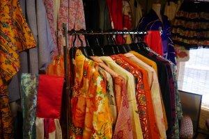 Différents couleurs et motifs de kimonos et haori d'occasion
