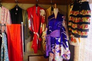 Quelques kimonos avec des motifs artistiques sont exposés