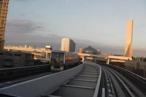 The approaching Yurikamome train