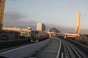 The approaching Yurikamome train