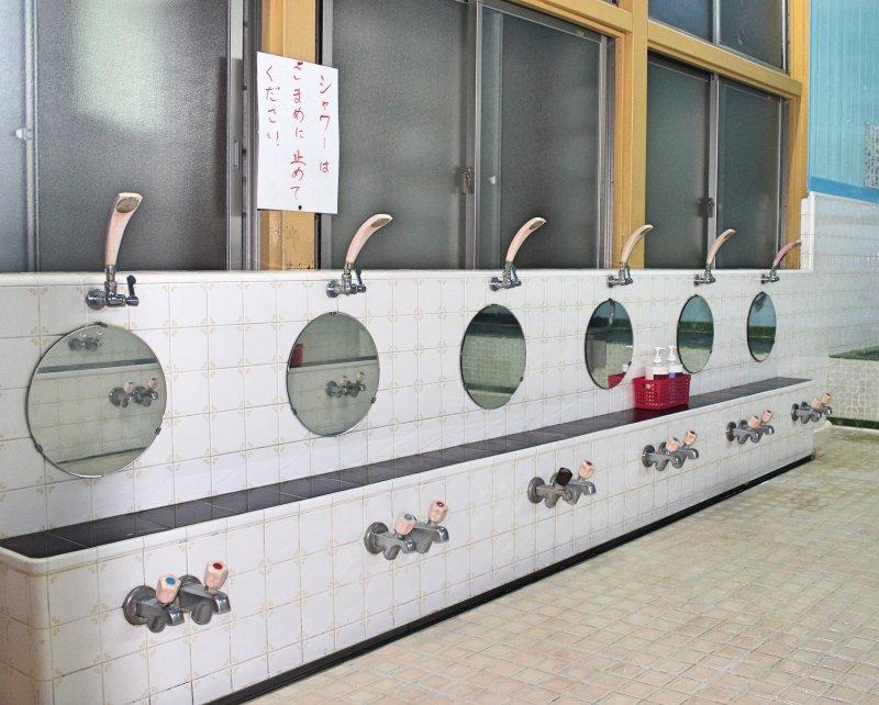 คุณสามารถใช้สบู่และแชมพูที่จัดเตรียมไว้ให้ อาบน้ำชำระกายก่อนลงแช่ตัวในบ่อ