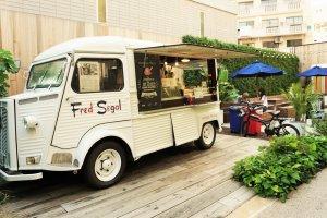 冰淇淋餐車,店員很親切的提供試吃。