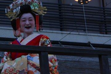 Geisha sonriendo con los dientes pintados de negro.
