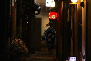 Geisha caminando por la noche.