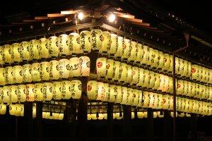 Linternas del templo Yasaka-jinja.