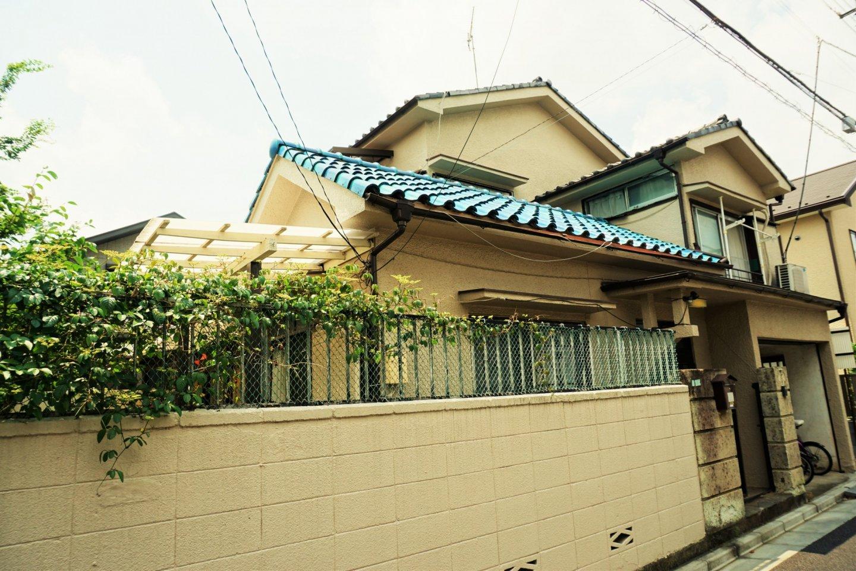 日式風格的藍色屋瓦,在這一區的建築中顯得很特別。