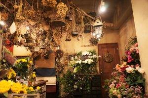 乾燥花束掛在天花板上。