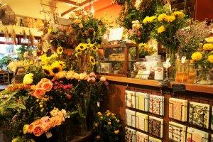 櫃台前也充滿了花朵。