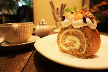 桃子紅茶口味的瑞士捲和大吉嶺紅茶。