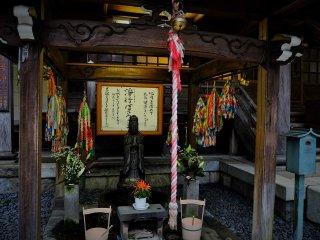 Một ngôi đền nhỏ nhưng đầy màu sắc