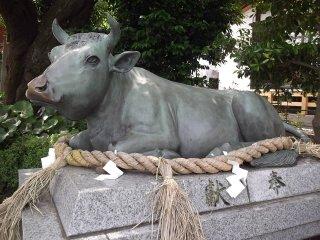 Tượng bò nằm nghỉ gần cổng chính