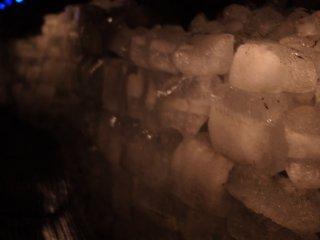 Blocs de glace dans la grotte