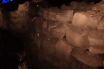 Ледяные блоки в пещере