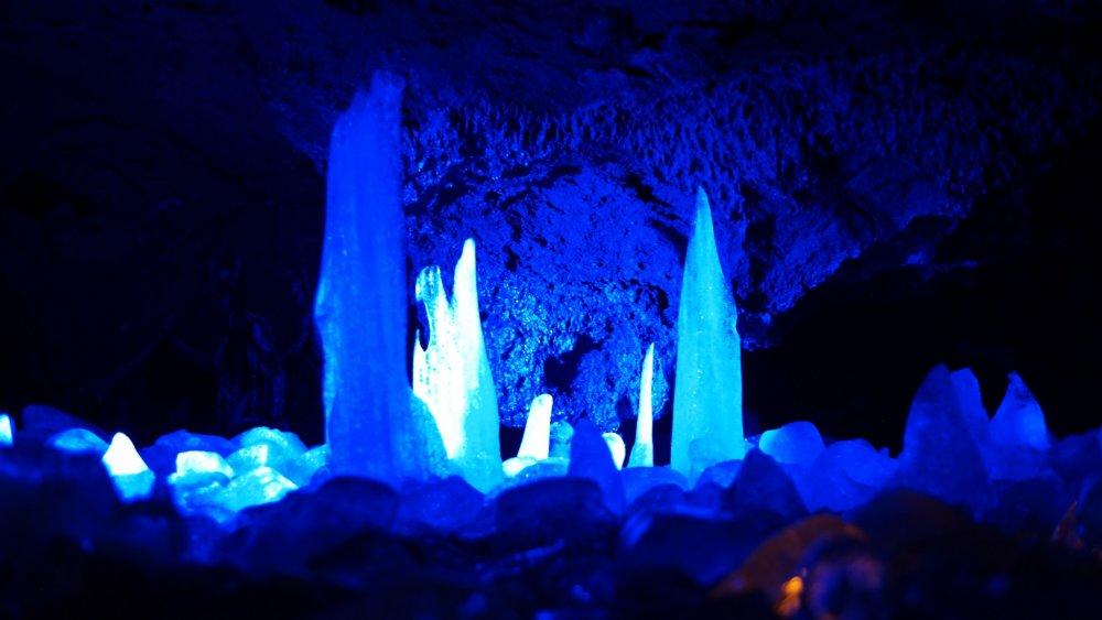 Formations de glace illuminées