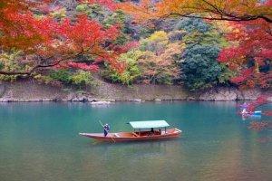 ทิวทัศน์ที่มีเสน่ห์ของแม่น้ำโฮะสุแห่งอะระชิยะมะ (Arashiyama) จะไม่ทำให้คุณผิดหวัง
