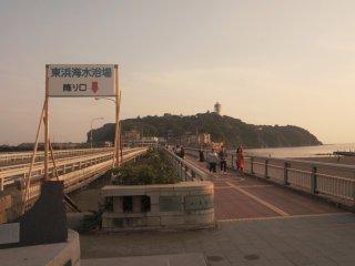 Cảnh Enoshima trước đi qua cầu nối với hòn đảo