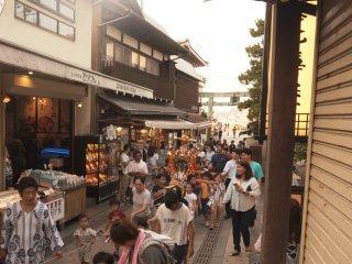 Mừng lễ hội Tanabata, một nhóm trẻ con đang mang mikoshi