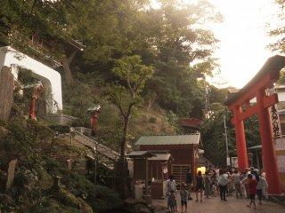 Một phần của ngôi đền Enoshima, với trẻ con nhấc Mikoshi trên đất