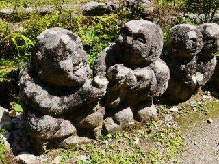 Two statues saying kanpai