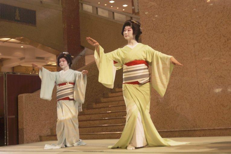 Geisha in Mitsukoshi