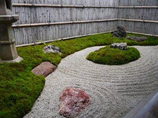 Taman zen tradisional menyemarakkan ruang bergaya Barat