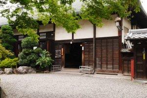 Cổng vào khu kiến trúc tàn tích của Thành cổ Edo