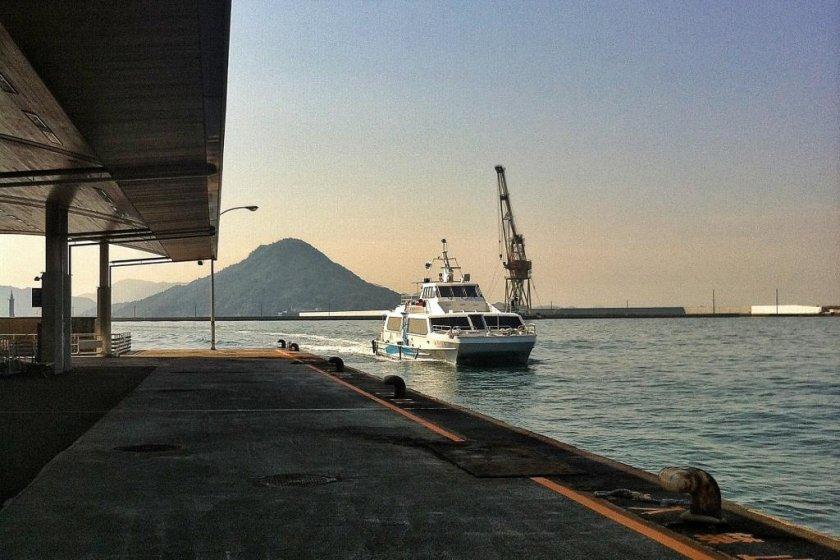 Скоростной паром до Миядзимы прибывает в пассажирский терминал Удзина в порту Хиросимы