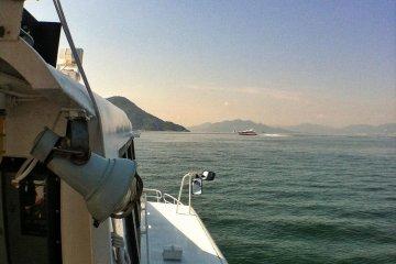 Сзади виднеется паром SuperJet до Мацуямы